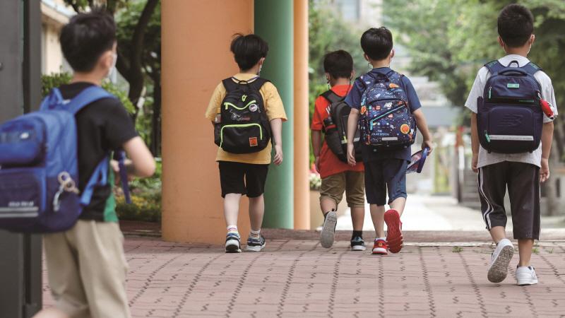 9월부터 초 ‧ 중 ‧ 고등학교 전면등교기 본격화했지만 코로나19 4차 유행이 지속하면서 우려의 시각도 적지 않다.[사진=뉴시스]